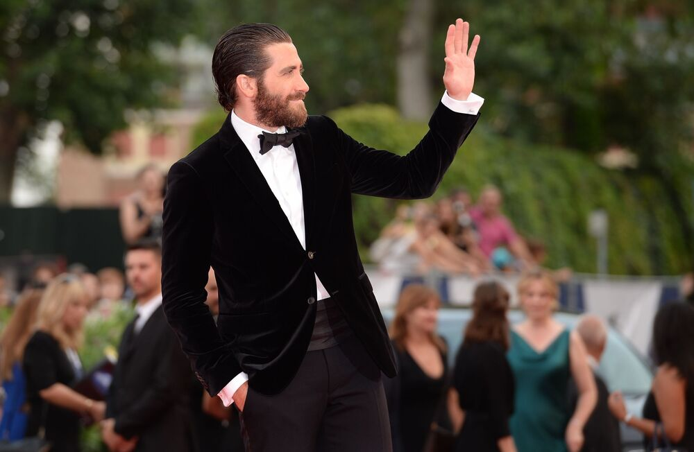 Amerykański aktor Jake Gyllenhaal na czerwonym dywanie przed premierą filmu Baltasara Kormákura  Everest na ceremonii otwarcia 72. Międzynarodowego Festiwalu Filmowego w Wenecji