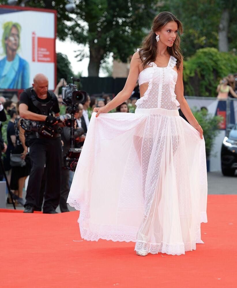 Modelka Alessandra Ambrosio podczas ceremonii otwarcia 72. Międzynarodowego Festiwalu Filmowego w Wenecji