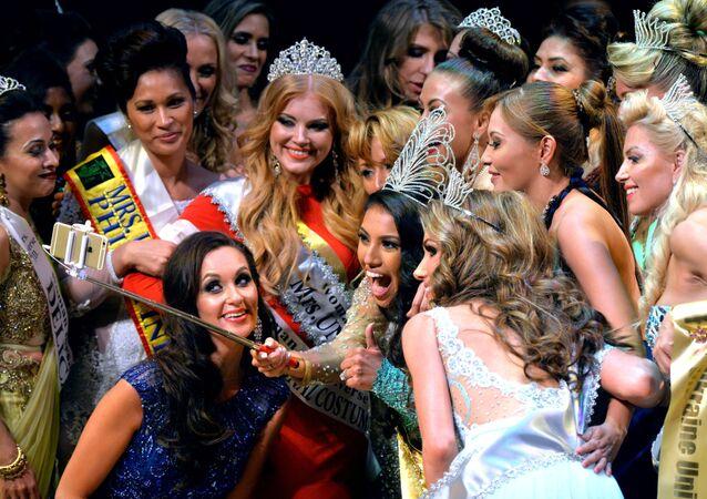 Finalistki konkursu Mrs Universe 2015 robią selfie w Mińsku