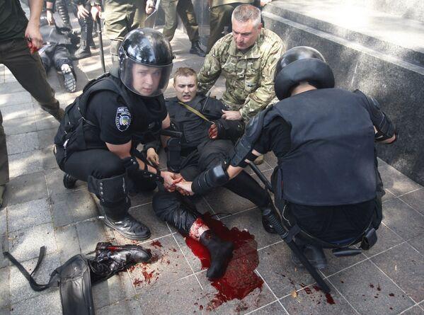 Policja pomaga koledze podczas zamieszek w Kijowie - Sputnik Polska