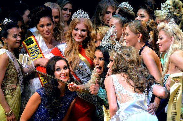 Finalistki konkursu Mrs Universe 2015 robią selfie w Mińsku - Sputnik Polska
