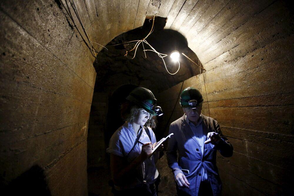 Dziennikarze w tunelach podziemnych pod zamkiem Książ w Walbrzychu