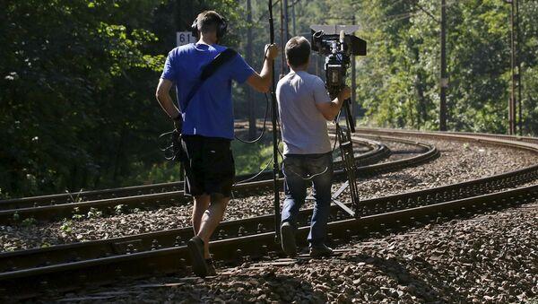 """Ekipa telewizyjna przygotowuje reportaż o """"złotym pociągu"""" nazistowskich Niemiec znajdującym się w pobliżu Wałbrzycha - Sputnik Polska"""