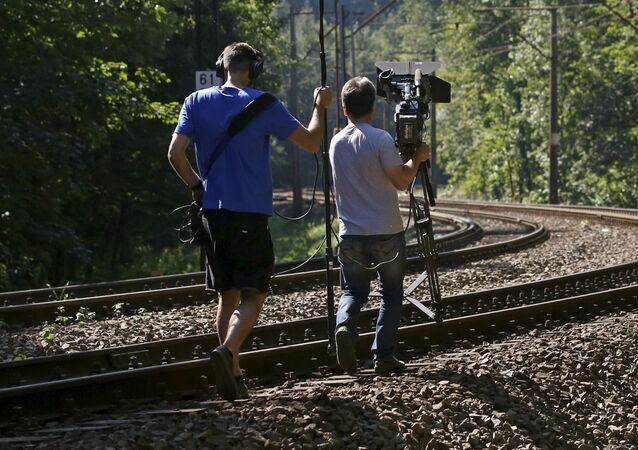 """Ekipa telewizyjna przygotowuje reportaż o """"złotym pociągu"""" nazistowskich Niemiec znajdującym się w pobliżu Wałbrzycha"""