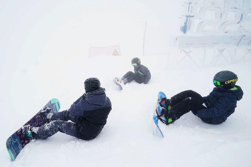 """Kurort górski """"Gazprom"""" w Soczi. Narciarze podczas zjazdu testowego po zboczu Alpika"""