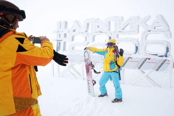 """Turyści fotografują się na tle napisu """"#Alpika 2256"""" w kurorcie górskim """"Gazprom"""" w Soczi - Sputnik Polska"""