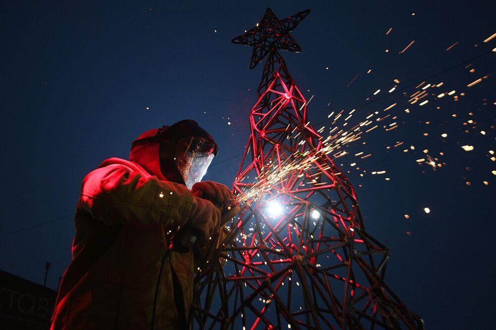 Artystka Aleksandra Weld Queen przygotowuje choinkę ze stali na warsztatach ozdób świątecznych w Tule