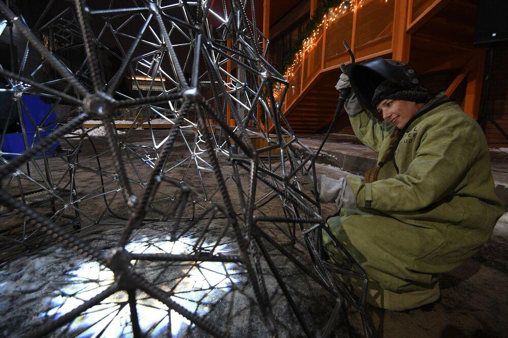 Artystka Aleksandra Weld Queen przygotowuje choinkę ze stali w Tule