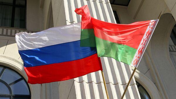 Flagi państwowe Rosji i Białorusi na budynku mińskiej filharmonii - Sputnik Polska