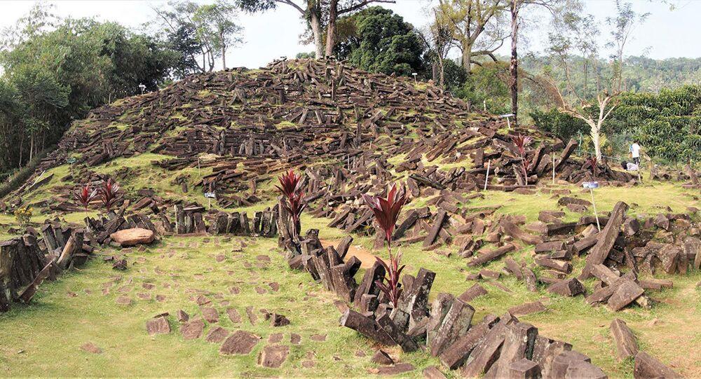 Kamienny kurhan, pod którym uczeni znaleźli piramidę