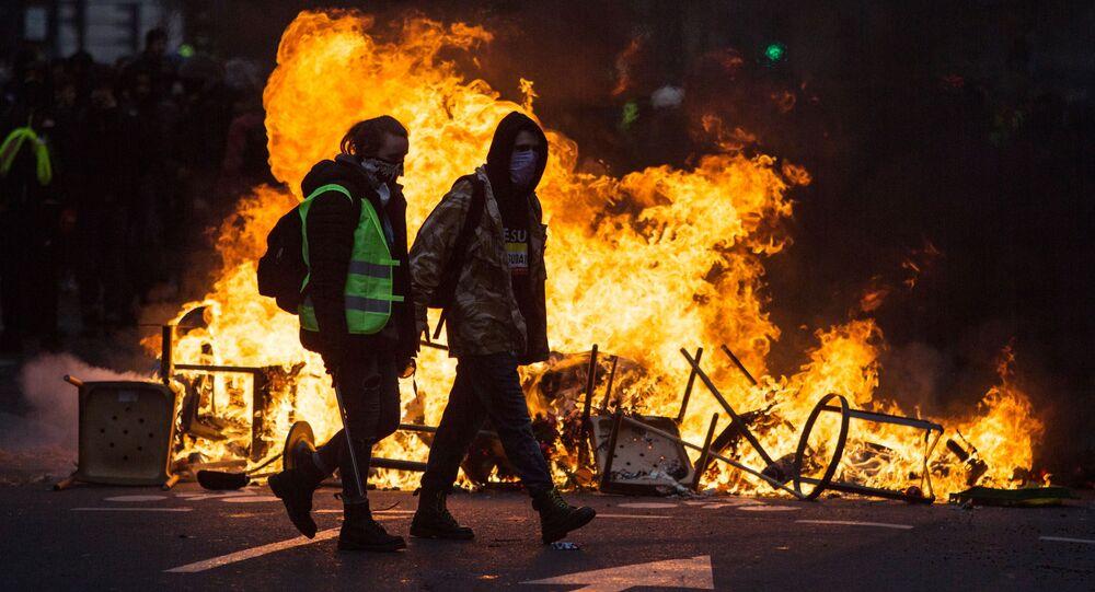 Uczestnicy akcji protestu żółtych kamizelek w rejonie Łuku Triumfalnego w Paryżu