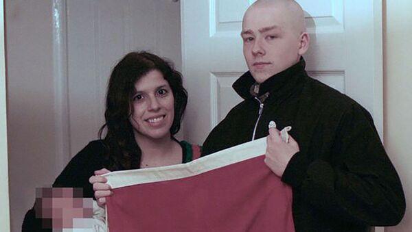 Claudia Patatas i Adam Thomas z dzieckiem, któremu nadano imię Adolf - Sputnik Polska