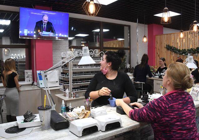 W salonie kosmetycznym również oglądają konferencję prasową Władimira Putina