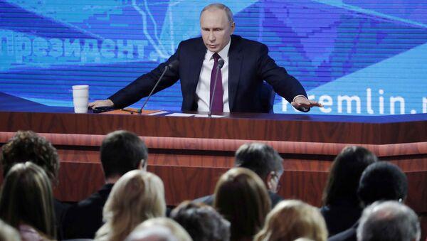 Władimir Putin podczas corocznej konferencji - Sputnik Polska