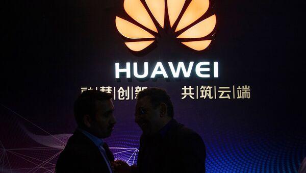 Logotyp firmy Huawei w centrum wystawowym gospodarki cyfrowej w Jining - Sputnik Polska