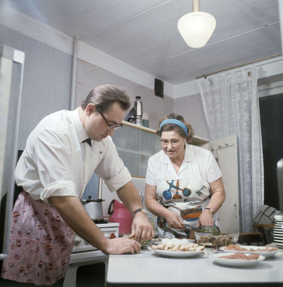 Rodzina przygotowuje stół na Sylwestra, 1970 rok
