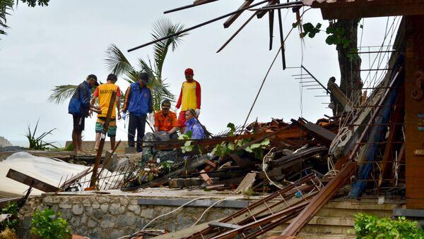Zniszczenia po przejściu tsunami, Indonezja - Sputnik Polska