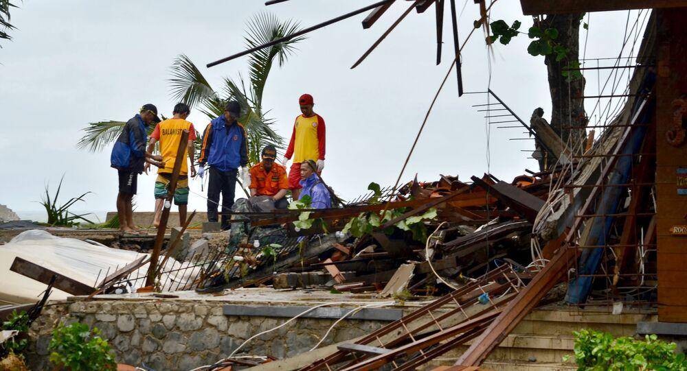 Zniszczenia po przejściu tsunami, Indonezja