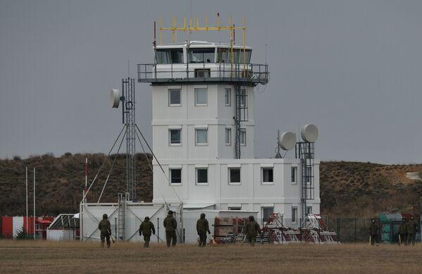 Wieża kontroli lotów na lotnisku Belbek - Sputnik Polska