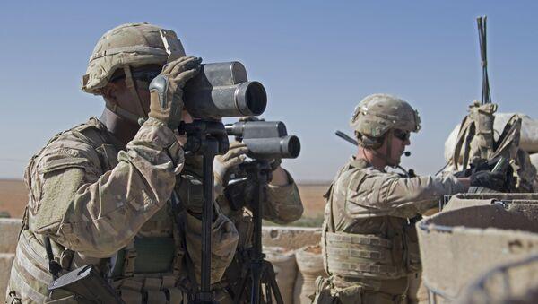 Amerykańscy żołnierze na stanowiskach w pobliżu miasta Manbidż w północnej Syrii - Sputnik Polska