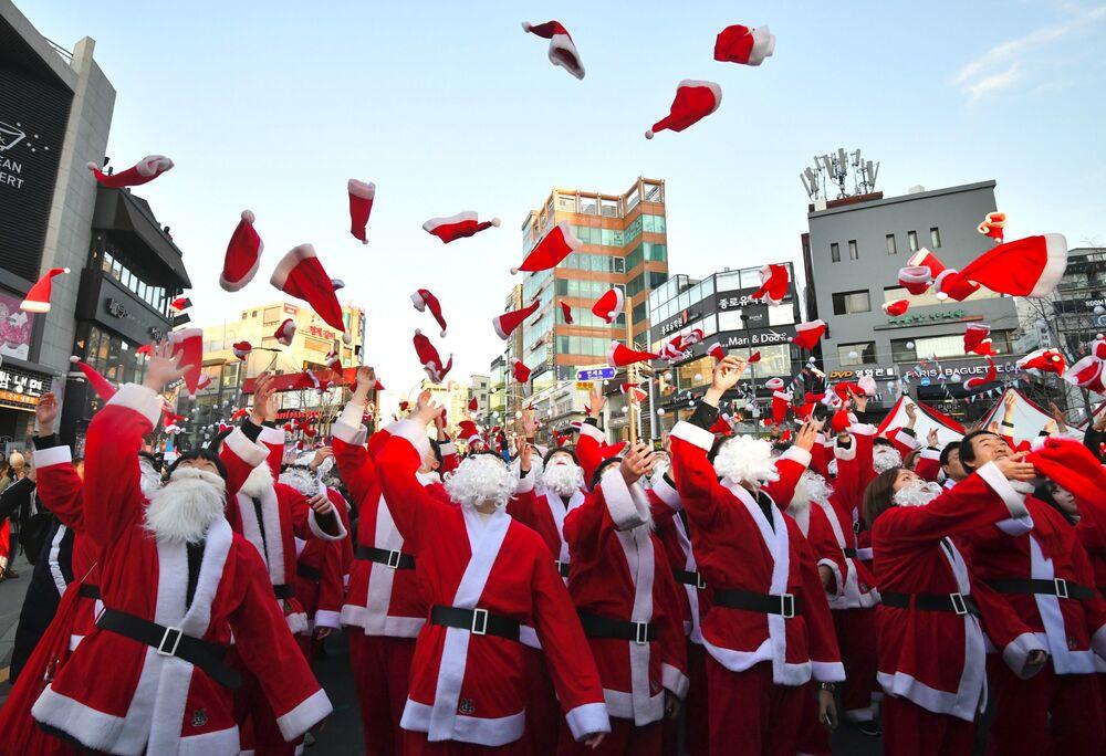 Wolontariusze w przebraniu Świętego Mikołaja w Seulu