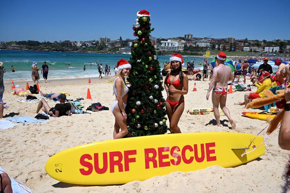 Turystki przy choince na plaży w Australii