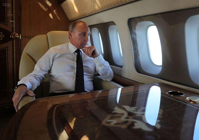 Prezydent Rosji Władimir Putin na pokładzie samolotu prezydenckiego. Zdjęcie archiwalne