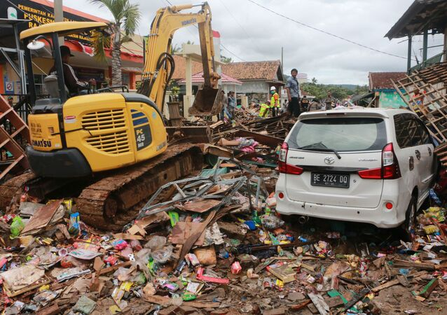 Skutki niszczycielskiego tsunami w Indonezji