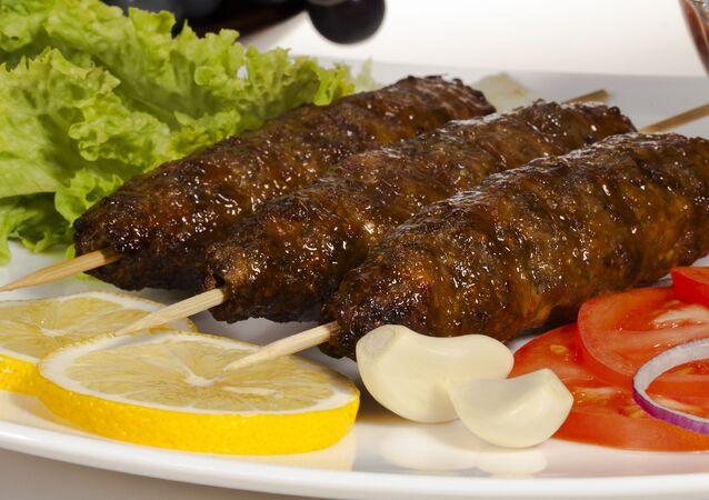 Kebab z baraniny z warzywami i pikantnym sosem