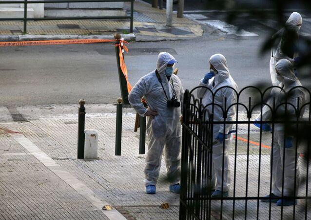Ekspercie ds. materiałów wybuchowych na miejscu wybuchu niedaleko kościoła św. Dionizego w Atenach