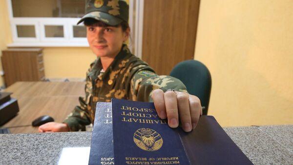 """Strażnik graniczny sprawdza paszporty na przejściu granicznym między Białorusią a Polską """"Pererow"""" - Sputnik Polska"""