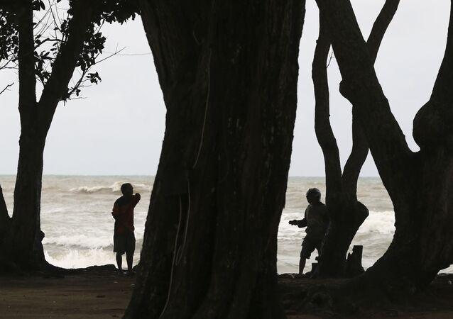 Ratownicy w czasie poszukiwań ofiar tsunami w Indonezji