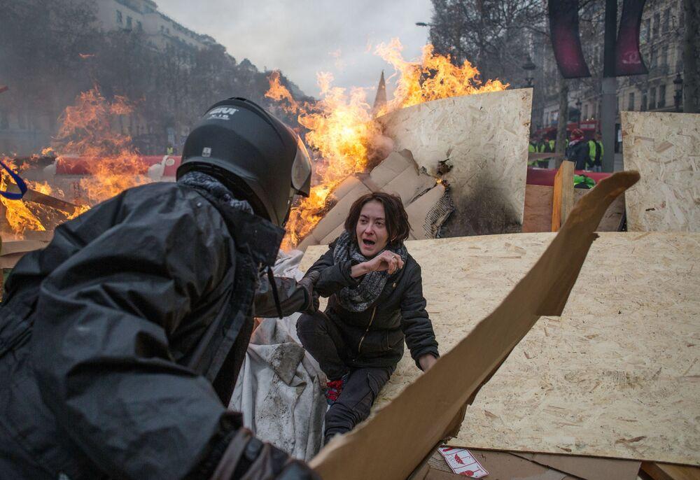 """Protest przeciwko rosnącym cenom benzyny """"żółtych kamizelek"""" w Paryżu"""