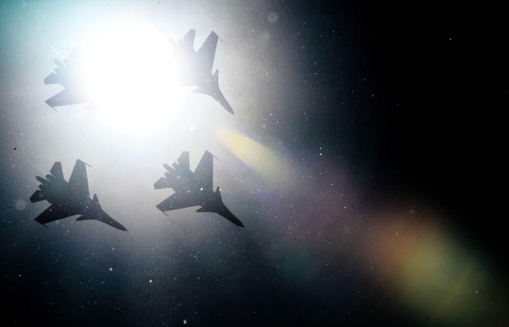 """Myśliwce Su-30SM zespołu akrobacyjnego Russkie Witiazi podczas obchodów 80. rocznicy Centrum Techniki Lotniczej im. Kożeduba na lotnisku """"Kubinka"""" w obwodzie moskiewskim"""