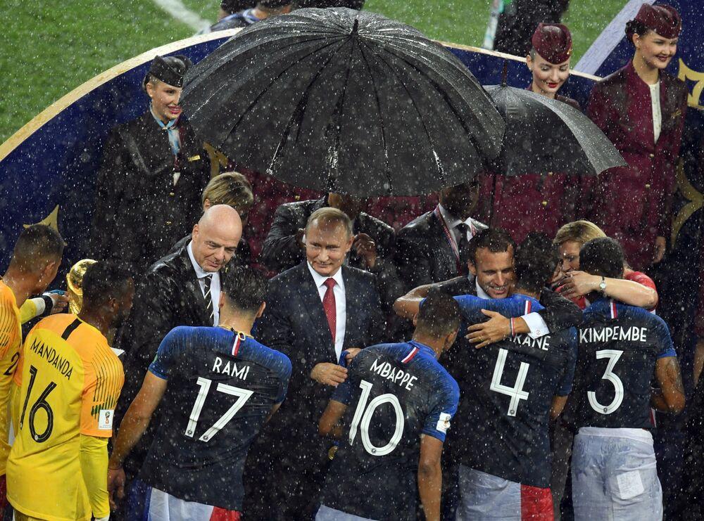 Prezydent Rosji Władimir Putin podczas ceremonii wręczenia nagród zwycięzcom Mistrzostw Świata FIFA 2018 na stadionie Łużniki