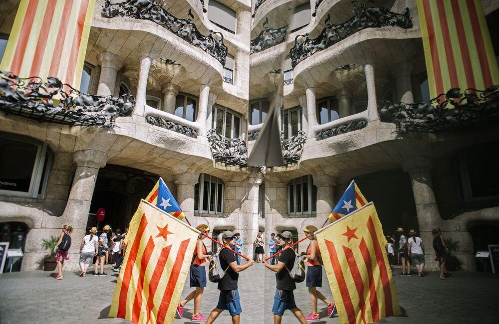 Uczestnicy wiecu zwolenników niepodległości Katalonii w Barcelonie