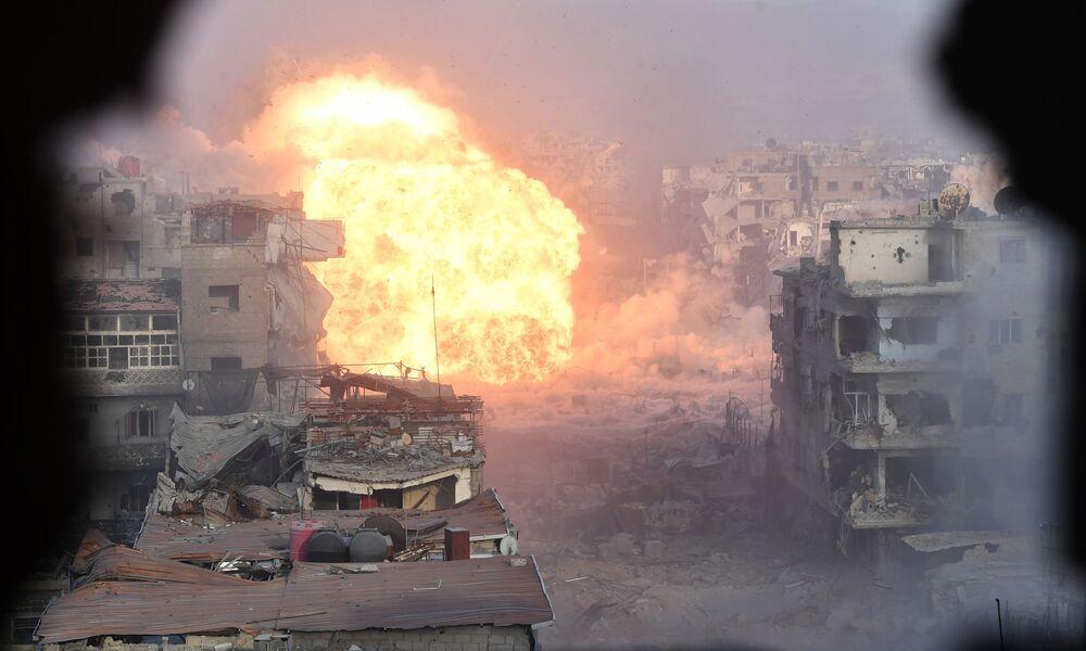 Szturmowanie stanowisk bojowników z organizacji terrorystycznej PI w rejonie byłego palestyńskiego obozu dla uchodźców Jarmuk na południowym przedmieściu Damaszku