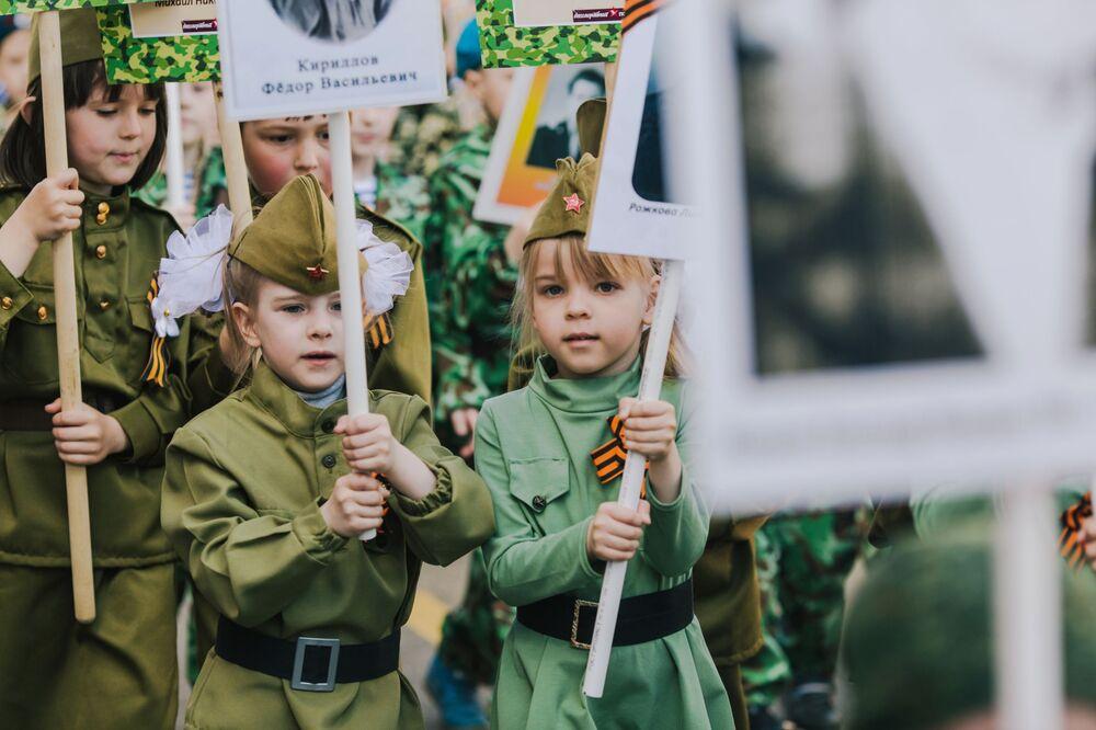 """Uczestnicy akcji """"Nieśmiertelny Pułk"""" zorganizowanej w ramach dziecięcej parady zwycięstwa """"Drogami pamięci"""" w Iwanowo"""