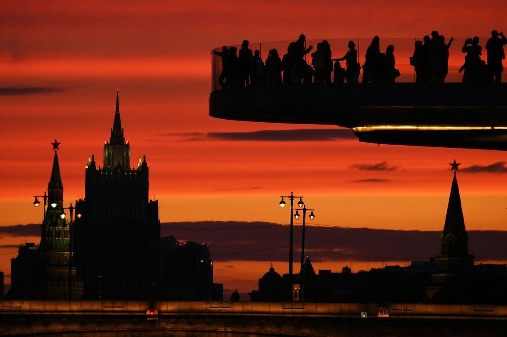 """Odwiedzający na moście w parku krajobrazowym """"Zariadie"""" w Moskwie"""
