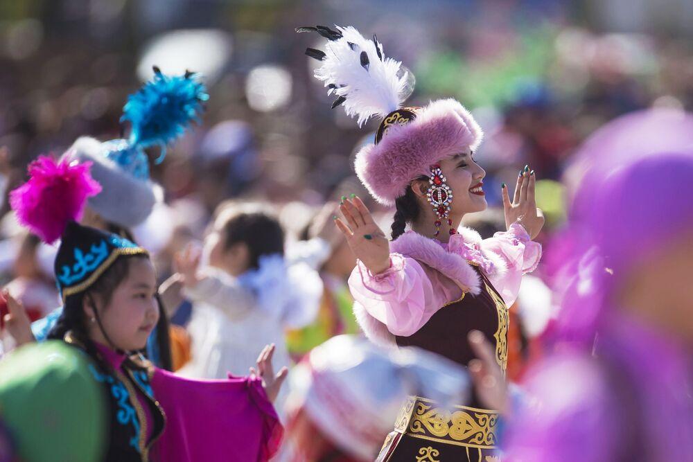 Członkinie grupy tanecznej podczas koncertu poświęconego Navruzowi na placu Ala-Too w Biszkeku