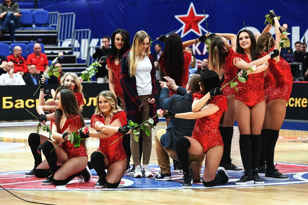 Kibic oświadcza się swojej dziewczynie podczas przerwy w meczu koszykówki Euroleague
