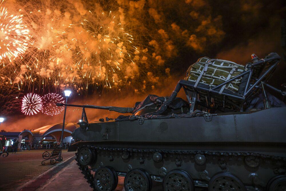 Fajerwerki na ceremonii zakończenia Międzynarodowych Igrzysk Armii na poligonie Alabino pod Moskwą