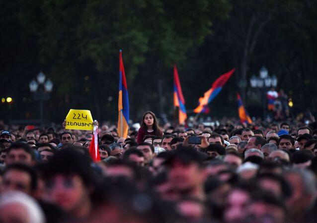 Zwolennicy opozycji podczas wiecu na Placu Republiki w Erywaniu