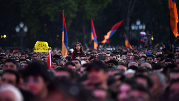 Zwolennicy opozycji podczas wiecu na Placu Republiki w Erywaniu - Sputnik Polska
