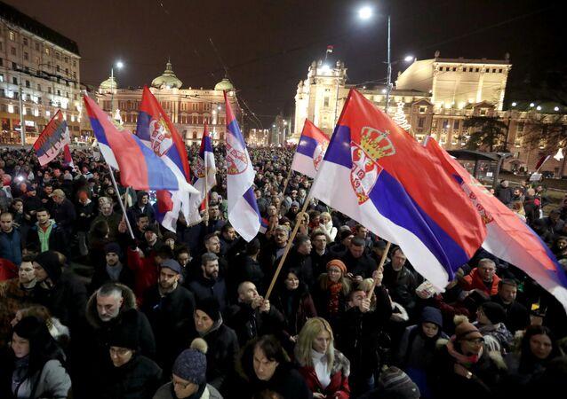 Tysiące Serbów mitinguje przeciwko prezydentowi