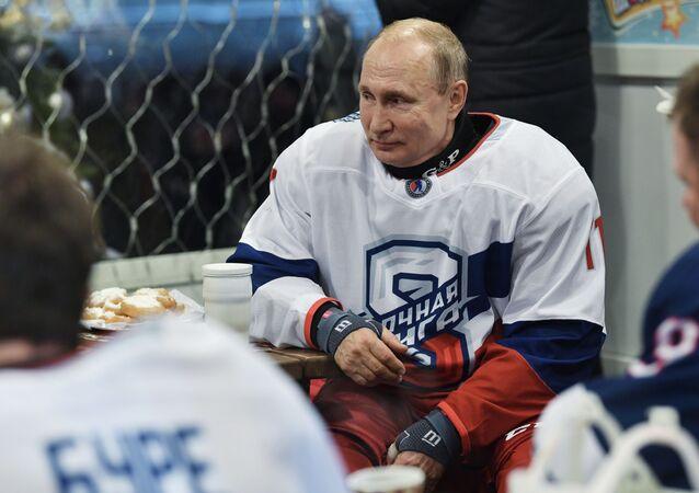 Władimir Putin zagrał w meczu towarzyskim z legendami rosyjskiego hokeja