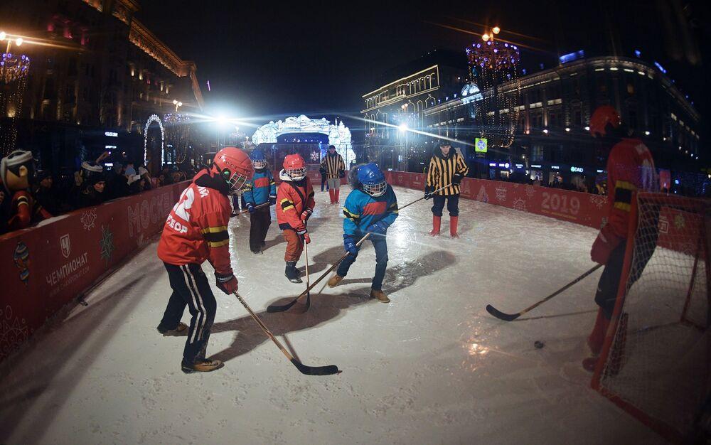 Mecz hokeja w wigilię Nowego Roku w centrum Moskwy