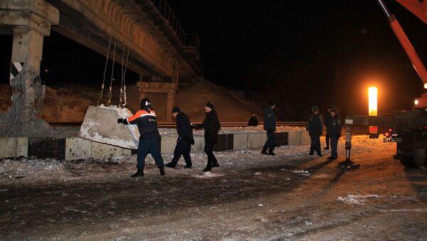 Pracownicy MSN DRL na miejscu wysadzenia filaru mostu kolejowego w Doniecku - Sputnik Polska