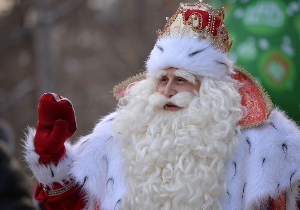 Rosyjski Dziadek Mróz na uroczystości w Centralnym Parku Kultury i Rekreacji im. Majakowskiego w czasie zwiedzania Jekaterynburga