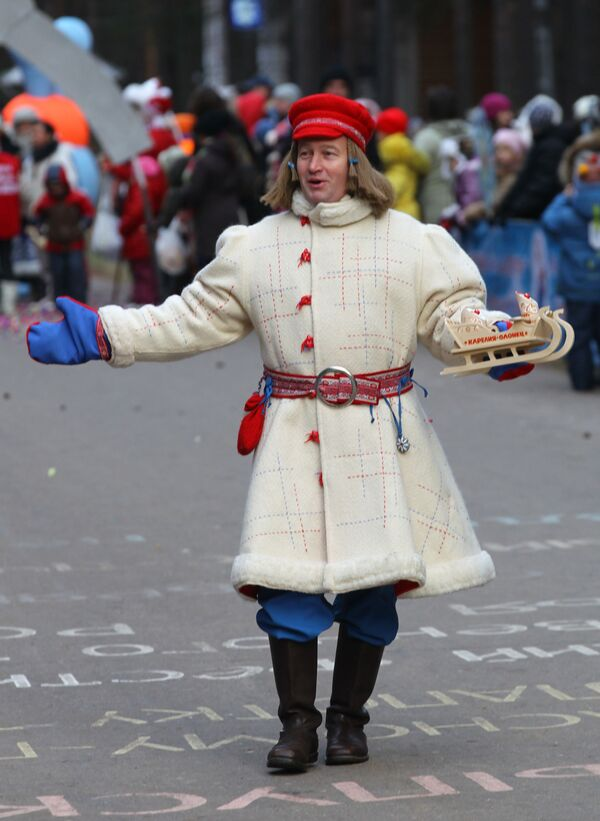 Młody Mróz Pakkainez Karelii bierze udział w świątecznym pochodzie z okazji Urodzin Święty Mikołaj w Wielkim Ustiugu - Sputnik Polska